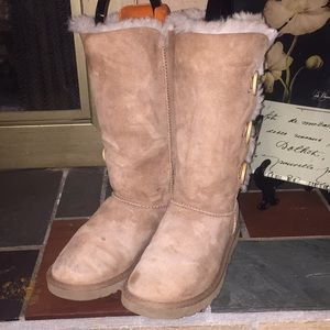 UGG Triple Bailey Button Boots Size 6 Chestnut